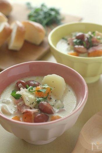 圧力鍋で野菜のうまみをぎゅっと濃縮したミルク風味のスープ。素材の味がしっかりと感じられるので、固形スープの素を入れなくても大丈夫。金時豆・じゃがいも・にんじんと具沢山でお腹も膨れる一品です。