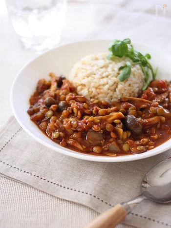 レンズ豆ときのこをどっさり入れた、ヘルシー志向のカレーレシピです。きのこはしめじやまいたけなど、お好きなものをどうぞ。ベースにはトマトの水煮に豆みそを加えるのがポイント。味わいに深みが出て、コクのある仕上がりになります。