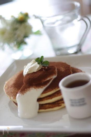 マスカルポーネと生クリームを乗せ、その上にココアパウダーをふりかけ、さらに上からコーヒーリキュールをかけて頂くパンケーキはまるでティラミスのよう!ティラミスよりもボリュームがあるので満腹感も得られますね。