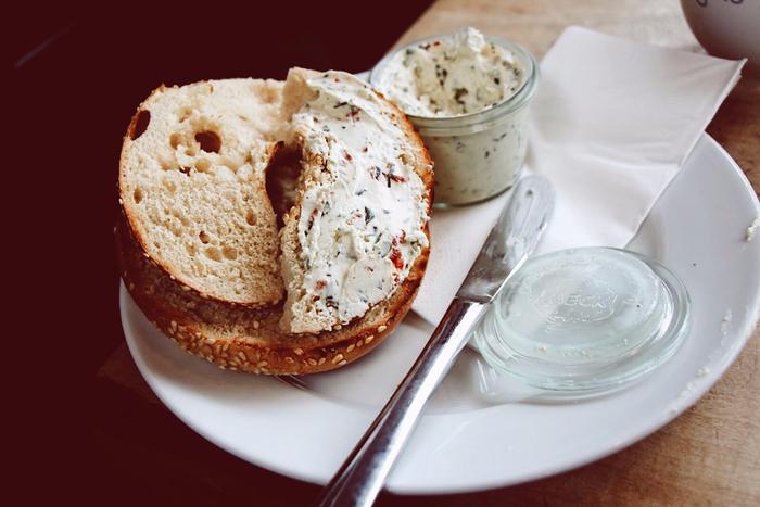 バケットやベーグルなどと一緒に食べるだけで立派な朝食になるクリームチーズ。柔らかいので、つけたり塗ったりして手軽に食べられます。