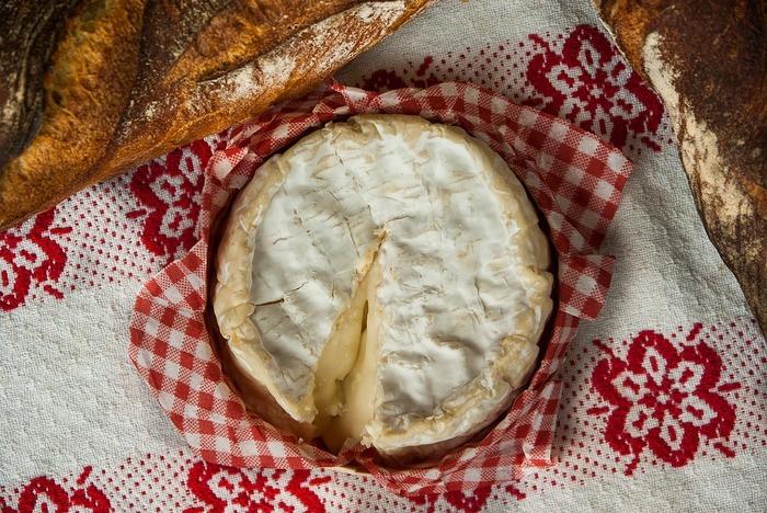 チーズの表面が白いカビで覆われているチーズです、こちらもスーパーでよく見かけるカマンベールやブリーが有名です。もちろんカビの部分も食べられます。