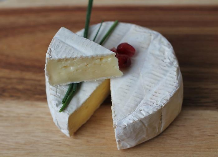 賞味期限よりも1~2週間前までに食べきるようにすれば、フレッシュチーズを食べ慣れていない人にも食べやすいかもしれません。逆に賞味期限間近まで置いておけば、チーズ独特のクセが楽しめます。