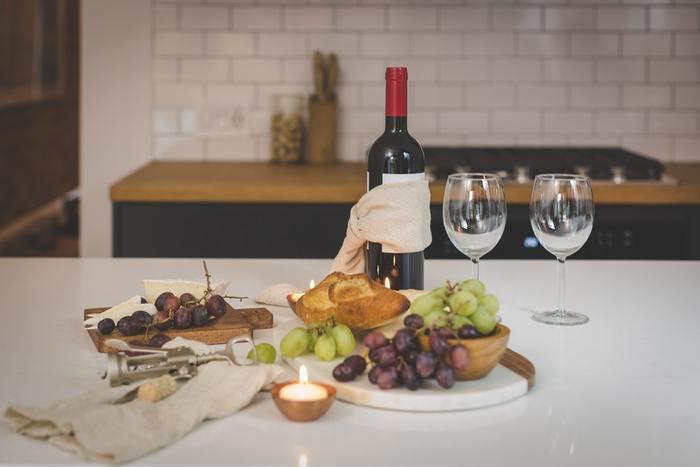 カマンベールチーズなど白カビのチーズにはやっぱり赤ワイン。あるいは、意外と焼酎とも相性が良いので試してみる価値アリ。
