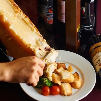 アルプスの少女ハイジの中で登場するチーズ、ラクレットもセミハードチーズの仲間。直接焼き付けて、溶けた分をジャガイモやウインナーなど好みの付け合わせにかけて食べます。アツアツでトロトロのチーズで一気に口の中が幸せに。