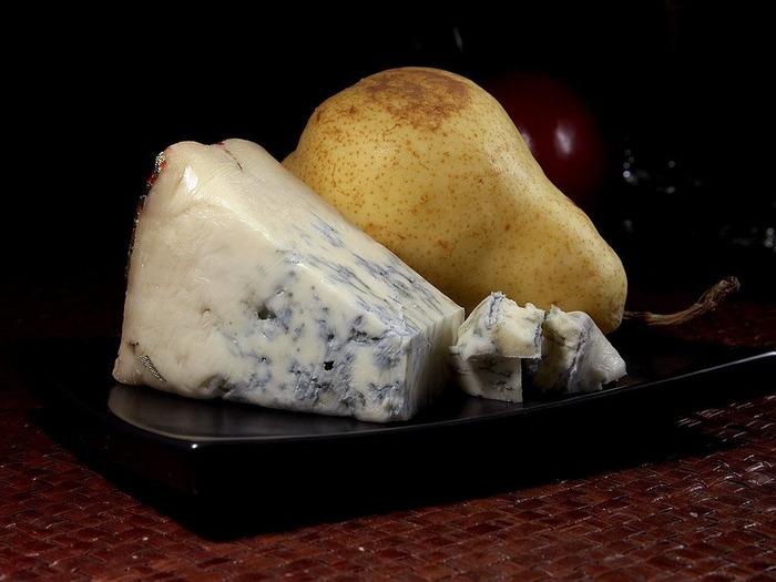 ブルーチーズの代表ともいえるゴルゴンゾーラは、「ゴルゴンゾーラ・ドルチェ」と呼ばれるものは、青カビが少ないのでクセも少ないので、初心者さんでもトライしやすいのですが、「ゴルゴンゾーラ・ピカンテ」と呼ばれるものは、クセも刺激も強いので選ぶときに注意してください。