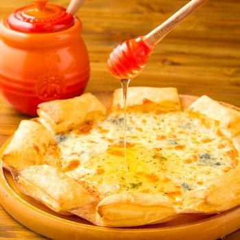 ゴルゴンゾーラピザにはちみつをたっぷりかけて食べるのが美味しいと大人気。チーズの塩味とはちみつの甘さが絶妙です。
