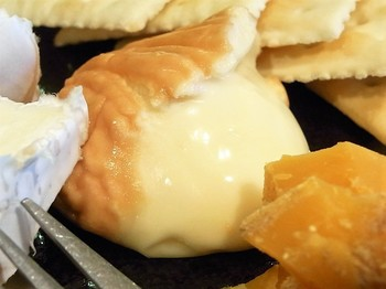 エポワスなど中がとろとろのウォッシュチーズは、スプーンですくって頂きます。表面は香りが強いですが、中はクリーミーでヤミツキになる味。