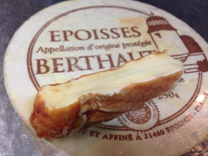 フランス生まれのエポワスは、ウォッシュチーズの中でも代表的なチーズです。塩水とマール酒(白ワインの搾りかすなどから作るブランデー)で洗って作っているので、表面がキレイなオレンジ色になります。