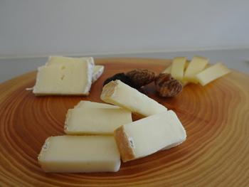 ナチュラルチーズのなかでもクセのあるタイプです、熟成の過程では、塩水やお酒などで洗うように作られるので、「ウォッシュ」チーズと呼ばれます。その土地によって様々なお酒を使って作られていて、多くの種類があります。表面はとっても香りが強いですが、納豆のニオイにも似ているので日本人なら好きという人も多いはず。
