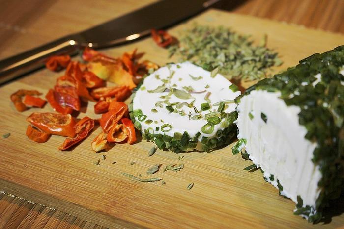 シェーブルは「山羊(やぎ)」のこと、つまりヤギのお乳で作ったチーズがシェーブルチーズです。牛乳で作ったチーズとはまた違った味です。クセが強いのでちょっと食べにくいかもしれませんが、チーズ好きなら一度は食べてみてほしいチーズです。  シェーブルチーズの代表的なチーズには、サントモール 、ヴァランセ 、プラミッド、クロタンなどがあります。