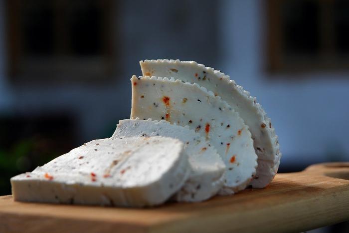 シェーブルチーズは、牛の生乳で作られたものよりもポロポロとした舌ざわりのものが多いのですが、それはヤギのミルクの方が牛のものよりも脂肪分が低いからです。
