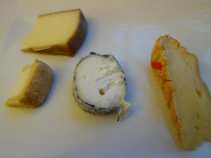 サントモール(サント・モール・ド・トゥレーヌ)周りに炭がまぶしてあり、中心にはわらが通っているのが特徴。熟成が早い内は軽い酸味とミルクの味、熟成が進むとコクが増します。他のチーズと同様、パンやクラッカー、サラダと一緒に食べても美味しいです。