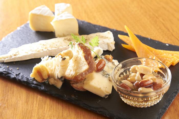 紹介したチーズも食べ方も、まだほんの一握り。色々なチーズの色々な食べ方、それからぴったりのドリンクを、少しずつ探してみてはいかがでしょうか?