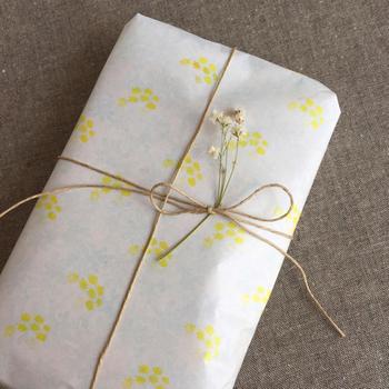 ミンネの作家さんのオリジナルラッピングペーパー。可愛らしく可憐な印象の花はダスティーミラーだそう。「あなたを支える、穏やか」という花言葉の意味も込めて大切な人に贈りたくなりますね。