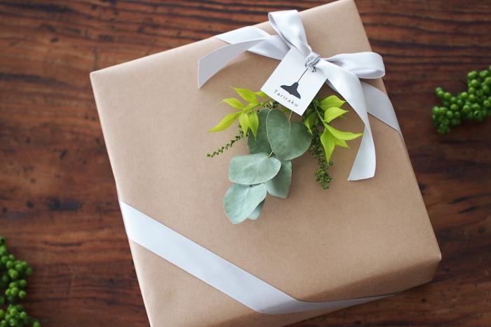 どんなチョコを贈るかはもちろん大事ですが、第一印象を決めるラッピングも気が抜けません!こちらはクラフト紙の包装とサテンのリボンがナチュラルなのに大人っぽくてお洒落♪