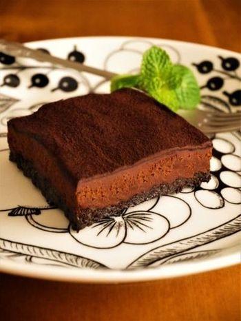 ダークな色合いとほろ苦い味わいが大人のお菓子。こちらのレシピは、なんとオーブン不要!焼かずに作れる簡単生チョコタルトです。