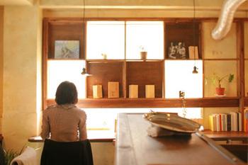 京都ならではの古民家や古いビルをリノベーションしたブックカフェをご紹介しました。京都に有名観光地は数あれど、裏道に一歩入った読書空間を堪能する…たまにはこんな街歩きも楽しいのではないでしょうか。