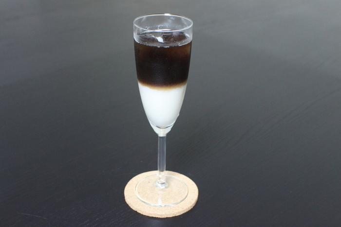 お店の特徴は、甘酒や日本酒を使ったスイーツやドリンクがいただけること。冬でも冷たいドリンクが飲みたい方におすすめなのが「糀ラテ」。とろとろになるまで細かくした甘酒で作った「糀ミルク」はほんのり甘く、ほろ苦いコーヒーをまろやかにしてくれます。