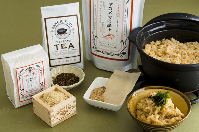 """「カネ十農園 お茶スタンド」は、静岡で100年以上の歴史があるお茶農園「カネ十農園」による期間限定のお茶スタンドカフェ。温かいお茶の試飲以外に""""アコメヤの出汁""""を使った茶粥を楽しめます。茶粥の特別セットや茶葉も購入できますよ。"""