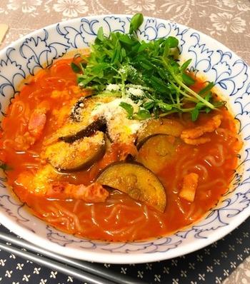 麺の代わりにしらたきを使用したヘルシーラーメンです。スープはトマトソースなので、さっぱりとした味わい。なすやベーコンも入っているので、食材の食感も楽しい一品です。