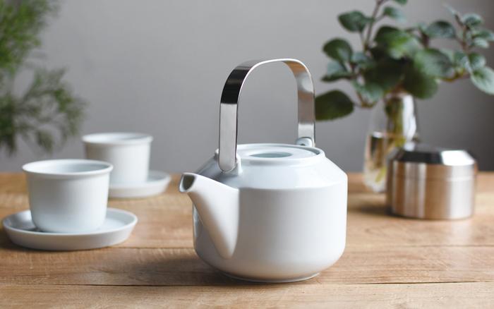 スッキリとした白色の磁器にスタイリッシュなステンレス製の取っ手が美しい。程よく聞いたエッジが特徴的です。