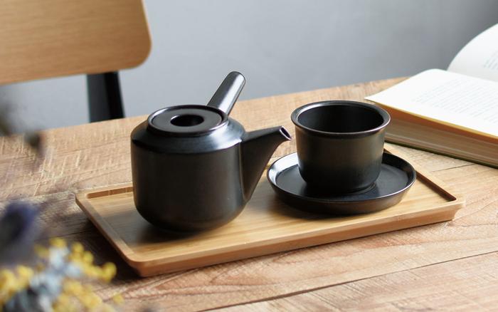 飲み口やソーサーの縁がすっと角度が付いたカップ&ソーサー。取っ手や飾りのないスッキリとしたデザインがどんなお茶でも対応してくれます。