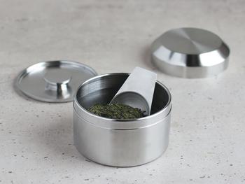 ステンレス製のキャニスターは内蓋付きで気密性もあります。お気に入りの茶葉の保存にぴったり。お揃いのティースクープもあります。