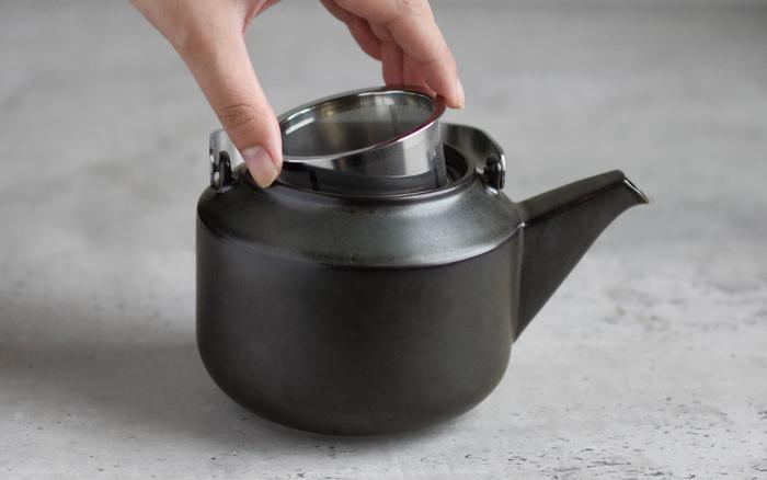 ティーポットにはステンレス製のストレーナー付き。快適にお茶を淹れられ、片付けも簡単。