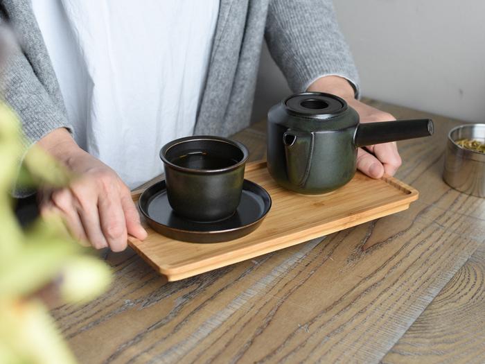 スタイリッシュで機能的。使いやすくてどんな場面でも似合うのが「リーブズトゥーティー」のティーウエアたち。爽やかな白とシックな黒、あなたのお茶の時間にはどちらが似合いそうですか?