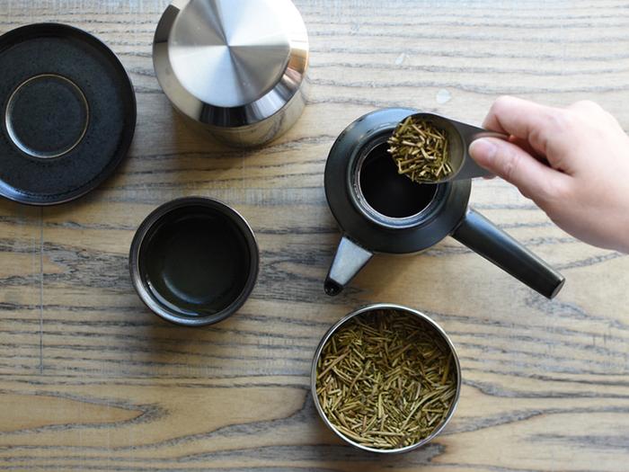 お揃いで使えば統一感が。ティースクープは丸みが可愛らしく、急須に入れやすいデザインです。