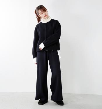 上下ブラックのコーディネートに白のタートルをIN。袖口や裾からも白をのぞかせて、大人っぽくてモダンな雰囲気漂うレイヤードスタイルに。レイヤードする色の組み合わせに悩んだときは、モノトーンが簡単かつオシャレでおすすめです。