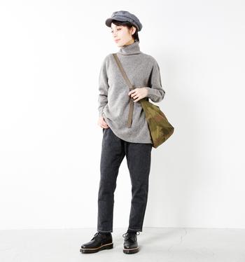 「ゆったりめのトップス×少し細身のパンツ」は誰でもバランス良くオシャレに着こなせるおすすめのシルエット。ミニマルで大人っぽいコーディネートに大きめバッグとキャスケットをプラスして少年っぽさをプラスしているところがオシャレ。カラーはグレー×ブラックであくまでもシックに。