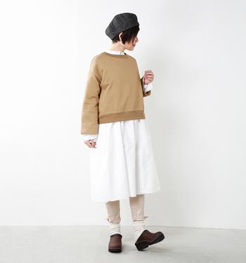 シンプルな白のシャツワンピースに、カットソー・レギンス・靴下の3アイテムを重ねて。全てベージュ系のナチュラルカラーでまとめているのでうるさい印象にもなりません。複数アイテムを重ねるときは色数を少なめにするのがシックにまとめるポイントです。