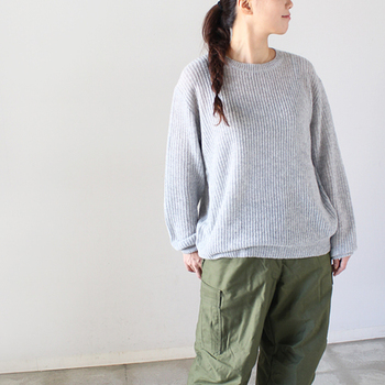 ハイクラスのカシミヤを、透ける程ゆるく編み上げた大人の女性にふさわしいニット。軽やかさと柔らかさが見た目にも伝わってきます。ミリタリーテイストのパンツを合わせても、抜け感がある女性らしい雰囲気で着こなせるのがうれしい◎。