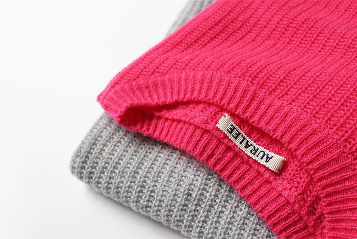 """デザインはシンプルでも生地や編み地に特徴があると、それだけでぐっとオシャレに見えるから不思議。素材にこだわることで、ミニマルなスタイルに""""可愛らしさ""""や""""品の良さ""""など自分らしいエッセンスをプラスしてみてくださいね。"""