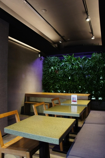 黒を基調にスタイリッシュなテーブルやイスを配した、落ち着ける雰囲気ながら気品漂うティーサロン。少し背筋を伸ばして、お茶の美味しさと真摯に向き合える空間です。