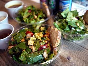 新鮮な野菜がたっぷりのサラダは食べごたえも抜群。お肉、エビなどが入ったメニューやカスタマイズも自由自在です。ドレッシングも美味しいと評判ですよ。