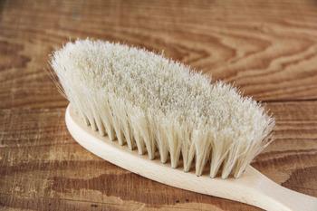 最後に衣類用のブラシで優しく毛の流れを整えます。日頃からブラッシングを習慣にしておくことで、汚れの蓄積も予防できますよ。