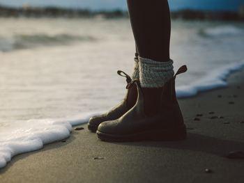 ワークブーツとは、その名から想像できるように、元々は労働者が作業時に履いていたブーツ。しっかりとした肉厚の革や安定性のある靴底、がっしりとしたフォルム...スマートというよりどちらかというと無骨な印象。でもそれがかえって、女性の脚を華奢に見せてくれたり、ドレッシーな雰囲気の服をこなれた印象に見せたり、なかなか優秀なアイテムなのです。