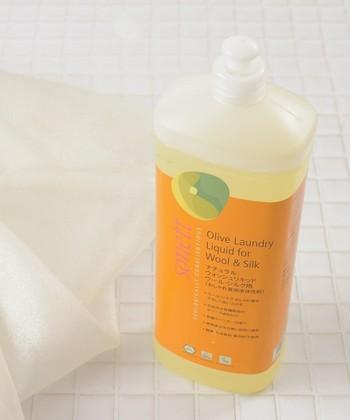 フリースを洗う時は、必ず洗濯タグを確認して、その内容に合ったケアをしてください。ホームクリーニングをする際は、おしゃれ着専用の洗剤を使用しましょう。柔軟剤が含まれている洗剤や漂白剤、蛍光増白剤が含まれている洗剤は、吸湿性低下に繋がりますので使用しないでくださいね。