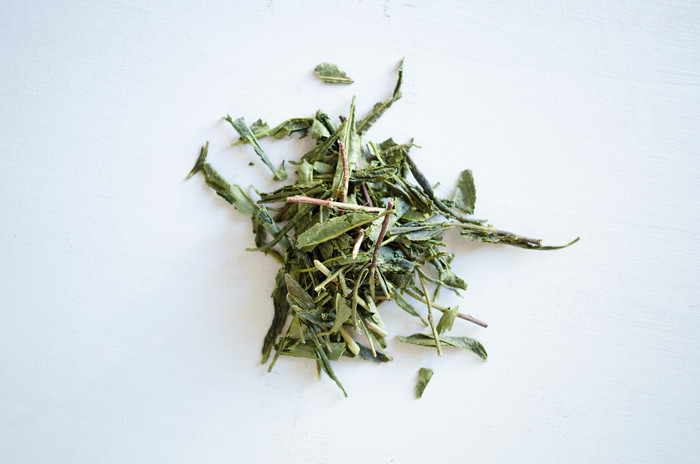 秋番茶は夏の日差しをたっぷり浴びた茶葉が使われています。煎じていないので、柔らかな緑とフレッシュな味わいが魅力です。