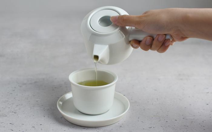蓋が凹んだ急須は日本茶の定番スタイルとは一線を画すデザイン。違うからこそ、様々なお茶を淹れるのにも抵抗がないのかも。片手で扱いやすいサイズも使いやすそう。