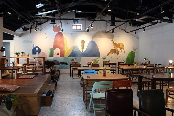 カフェスペースは、天井の高い広々とした空間。レトロかわいい壁のペイントのほか、木造のイスやテーブルを配すなど、ゆっくりとくつろげるように配慮されています。小上がり席もあり、つい長居したくなりそうですね♪