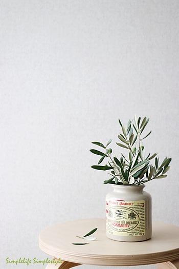 剪定した枝葉を、かわいい容器に。生命力あふれるオリーブが、テーブルやデスクをさりげなくナチュラルに彩ってくれます。日々の暮らしが楽しくなりそうなアイデアですね♪