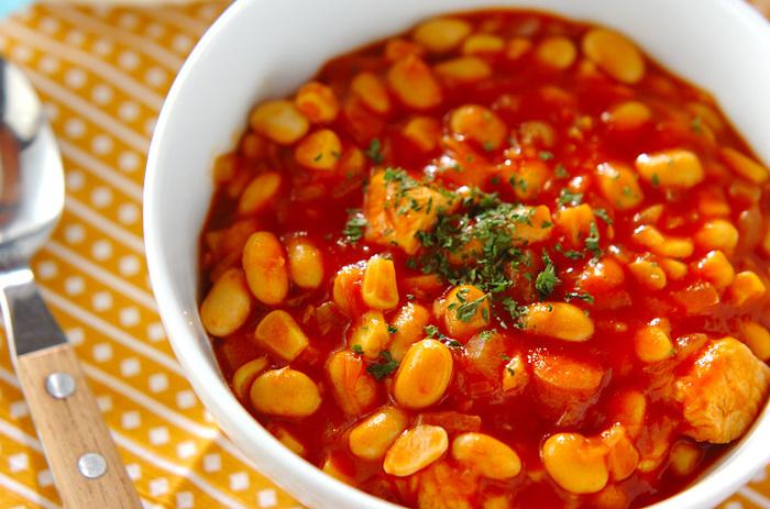 寒い季節におすすめのピリッと辛い「大豆でチリコンカン」。トマトベースのスープに体に優しい大豆をたっぷり加え、ヘルシーな鶏むね肉やコーンなどと煮た栄養満点の具沢山な一品です。