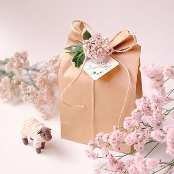 紙袋にドライフラワーを添えた、春らしいラッピング。これからの季節にピッタリですね。プレゼントをもらった人が笑顔になれそうです。