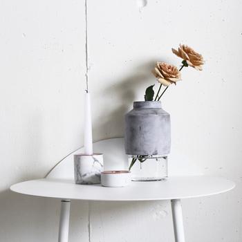 デンマーク王室も愛用するという「MENU(メニュー)」のフラワーベースをご紹介。ガラスとコンクリートの異素材を組み合わせた、モダンデザインのフラワーベースです。無機質なコンクリートが、活ける花の鮮やかさを引き立てますね。