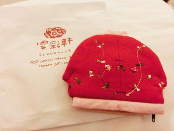 中国雑貨は、伝統的デザインから、現代風にアレンジされたものまで。こちらはチャイナ服に見立てたポーチです。華美すぎないデザインがいいですよね。