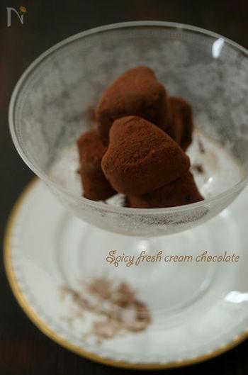黒胡椒とチョコレートの組み合わせが大人な生チョコ。 スパイシーな味わいには、コクのある黒ビールがぴったりです。