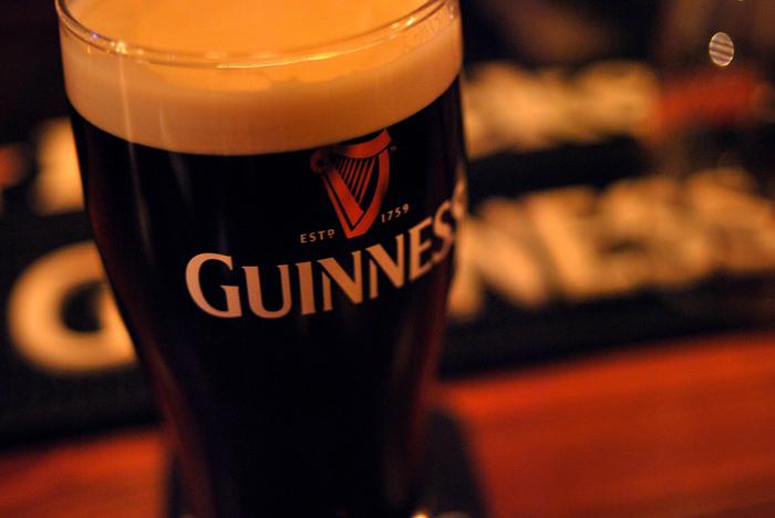 ビールと甘いものって珍しいようですが、ギネスビールとチョコレートは相性ばっちり♪ ただし必ず冷やしたグラスに注いでくださいね。 ギネスの魅力はクリームのような滑らかな泡です。そしてローストされた香ばしい香りを楽しんでください。